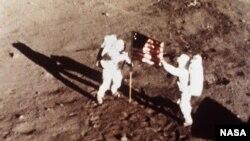 Астронавты корабля Apollo 11 Нил Армстронг и Эдвин Олдрин устанавливают на поверхности Луны американский флаг. 20 июля 1969 г.