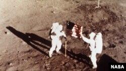 Les astronautes Neil Armstrong et Buzz Aldrin, devant le drapeau américain déployé sur la Lune le 20 juillet 1969 (Photo AP)