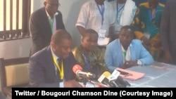 Le nouveau président de la Fédération béninoise de football (FBF), Mathurin De Chacus président des Dragons de l'Ouémé (un des clubs phares du pays) donne une conférence de presse à Porto Novo, Benin, 25 août 2018. (Twitter/Bougouri Chamson Dine)
