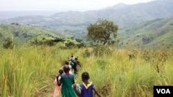 Trẻ em đi bộ gần Cơ sở Phục hồi rừng ở Kasese, Núi Rwenzori, Uganda