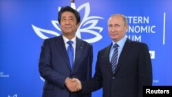 2일 러시아 블라디보스토크 '동방경제포럼' 현장에서 만난 아베 신조(왼쪽) 일본 총리와 블라디미르 푸틴 러시아 대통령.