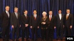 Líderes empresariales y el alcalde de Chicago, Richard Daley y su esposa Maggie, posan junto al presidente de China, Hu Jintao.