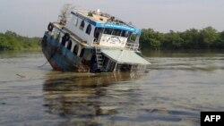 Un tanquero bangladeshi a medio hundir en el río Sela en la Sandarbans, amenaza con afectar el medioambiente con un derrame de aceite.