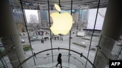 從上海的蘋果商店向外看去。(資料照片)