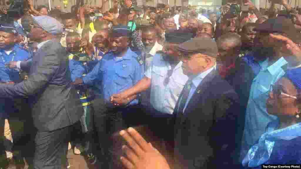Etienne Tshisekedi, opposant historique et leader de l'UDPS, a atterri à l'aéroport international de N'Djili à son retour d'une longue convalescence l'étranger, à Kinshasa, le 27 juillet 2017. (Top Congo)
