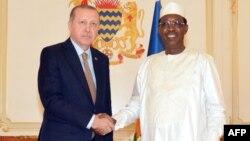 Le président turc Recep Tayyip Erdogan, à gauche, serre la main de son hologue tchadien Idriss Deby avant une réunion au palais présidentiel, à N'Djamena, le 26 décembre 2017.