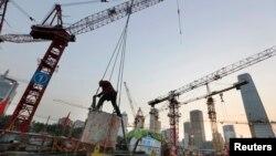 Seorang pekerja bangunan di pusat bisnis Beijing (Foto: dok).