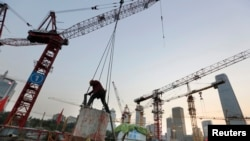 21일 중국 베이징의 한 신축 현장에서 건설 노동자들이 일하고 있다.