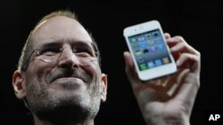 Apple founder Steve Jobs holds the new iPhone 4 during the Apple Worldwide Developers Conference in San Francisco, California, June 7, 2010.