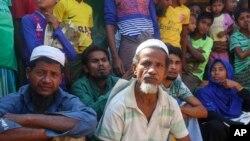 ဘဂၤလားေဒ့ရွ္ႏိုင္ငံ Cox's Bazar ေဒသက Kutupalong ရိုဟင္ဂ်ာဒုကၡသည္စခန္းက ဒုကၡသည္မ်ား။ (ဧၿပီ ၀၁၊ ၂၀၂၁)