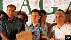 اداکار عامر خان ہدایتکار آشوتوش گوالیکر اور شاعر جاوید اختر کے ہمراہ فلم 'لگان' کی ڈی وی ڈی کی تقریب رونمائی میں