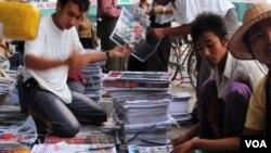 缅甸报纸及读者(视频截图)