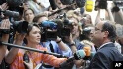 Tổng thống Pháp Francois Hollande nói chuyện với các phóng viên khi ông đến dự hội nghị thượng đỉnh EU tại Brussels, ngày 23/5/2012