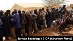 Distribution de coupons alimentaires à 5.000 personnes dans le Soum, au nord du Burkina Faso, le 26 mars 2017. (Idrissa Savadogo / CICR)