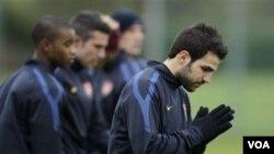 Kapten Arsenal Cesc Fabregas, kanan, ikut sesi latihan di London Colney, Inggris, hari Selasa (15/2) menjelang pertandingan leg pertama putaran 16 besar Liga Champions melawan FC Barcelona di London pekan lalu. Ia akan absen membela klubnya di final Piala