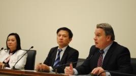 Dân biểu Chris Smith (trái) và Tiến sĩ Nguyễn Đình Thắng (giữa).