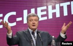 ປະທານາທິບໍດີ ຜູ້ຢູ່ໃນຕຳແໜ່ງຄົນປັດຈຸບັນຂອງຢູເຄຣນ ແລະເປັນຜູ້ລົງແຂ່ງຂັນເປັນ ປະທານາທິບໍດີ ທ່ານ Petro Poroshenko ໄດ້ກ່າວຄຳຖະແຫຼງການ ຫຼັງຈາກການປະກາດຂອງການລົງຄະແນນຮອບທຳອິດ ຂອງການເລືອກຕັ້ງປະທານາທິບໍດີ ໃນສູນກາງໃຫຍ່ຫາສຽງຂອງທ່ານ ທີ່ນະຄອນ Kyiv, ຢູແຄຣນ, 31 ມີນາ 2019.