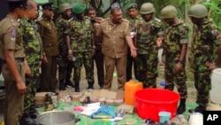 Forcat e sigurisë demonstrojnë materialet për prodhimin artizanal të bombave, të gjetura në bazën e ekstremistëve.