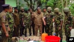 No dia 26 de Abril a polícia do Sri Lanka mostrou material para fazer bombas descoberto no esconderijo dos militantes suspeitos do ataque do DOmingo de Páscoa