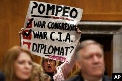 La coronel del ejército en retiro, Ann Wright, protesta la nominación del directo de la CIA, Mike Pompeo, a la Secretaria de Estado. Abril 12 de 2018.