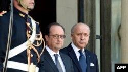 Tổng thống Pháp Francois Hollande và Bộ trưởng Ngoại giao Pháp Laurent Fabius tại điện Elysee ở Paris, ngày 24 tháng 6, 2015.
