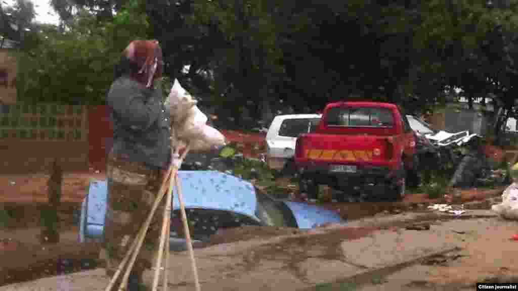 Estradas danificadas e carros atolados após chuvas da madrugada de 16 de Dezembro em Maputo