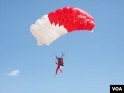 A skydiver from Morocco lands during a skydiving competition by Giza Pyramids in Egypt, March 2, 2016. (H. Elrasam/VOA)