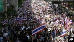 Ribuan demonstran memrotes rencana pemerintah Thailand mengesahkan undang-undang amnesti di Bangkok Senin (4/11).