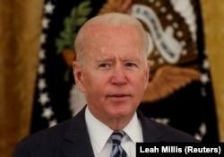 """Presiden AS Joe Biden menyampaikan sambutannya saat bertemu dengan anggota tim keamanan nasional dan pemimpin sektor swasta untuk membahas bagaimana """"meningkatkan keamanan siber negara,"""" di Ruang Timur, Gedung Putih di Washington, AS, 25 Agustus. (Foto: Reuters/Leah Millis)"""