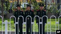 中共十八屆三中全會召開前戒備執勤的警察