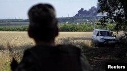 7月11日,一名烏克蘭部隊士兵目睹烏克蘭東部城市盧漢斯科附近一個村庄的村民離開家鄉。