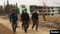 Các chiến binh của Quân đội Giải phóng Syria tại thị trấn al-Ghouta, gần thủ đô Damascus.