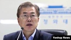 문재인 한국 대통령이 지난 14일 오전 청와대에서 북한의 탄도미사일 발사와 관련해 소집한 국가안전보장회의에서 발언하고 있다.