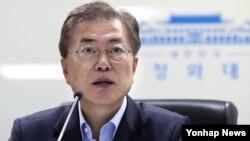 El presidente progresista Moon Jae-in está a favor de una estrategia más cordial hacia Corea del Norte que sus predecesores, y se ha ofrecido a visitar Pyongyang si las circunstancias son las adecuadas.