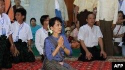 Lãnh tụ dân chủ Miến Ðiện Aung San Suu Kyi thăm một tu viện Phật giáo ở Bago, phía bắc Yangon, ngày 14/8/2011