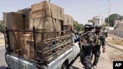 伊拉克警察星期一在巴格達檢查來往車輛