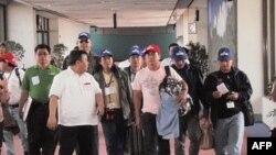 Công nhân trở về Philippines khi những vụ xung đột đẫm máu xảy ra ở Libya hồi tháng Hai