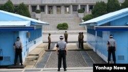 지난 25일 비무장지대(DMZ)내 판문점에서 남북한 군인들 사이에 긴장감이 흐르고 있다.
