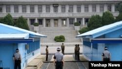 한반도 비무장지대(DMZ)내 판문점 모습. 남북한 군인들 사이에 긴장감이 흐르고 있다.