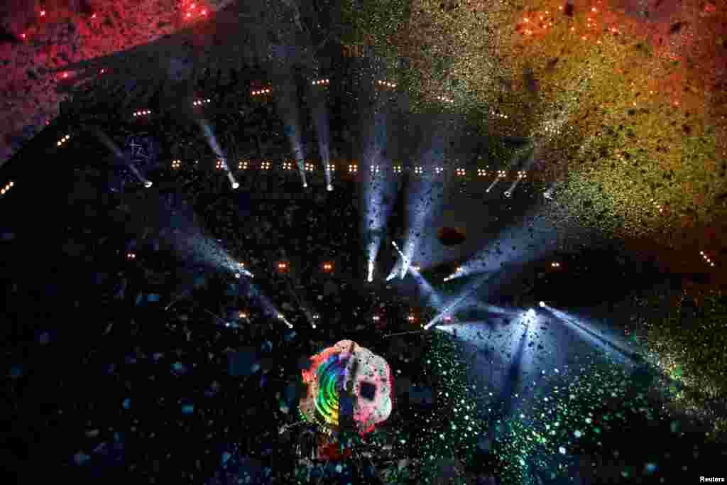 ក្រុមចម្រៀង Coldplay ធ្វើការសម្តែងនៅលើឆាក Pyramid នៅឯ Worthy Farm ក្នុងក្រុង Somerset អំឡុងពេលពិធីបុណ្យ Glastonbury Festival នៅប្រទេសអង់គ្លេស កាលពីថ្ងៃទី០៦ ខែមិថុនា ឆ្នាំ២០១៦។