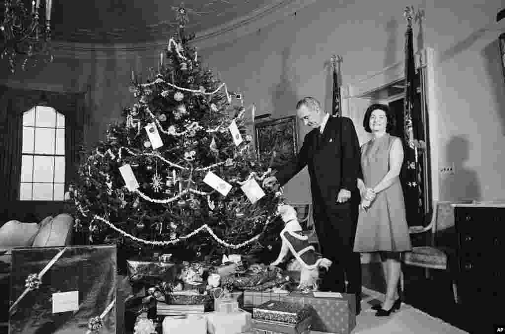 1967 рік. Президент Ліндон Джонсон, перша леді Берд Джонсон та домашній улюбленець Юкі біля ялинки у Жовтій овальній кімнаті на другому поверсі Білого дому.
