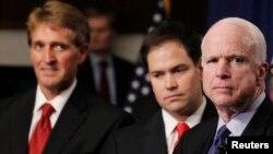 Jeff Flake (esq.) e John McCain (esq)
