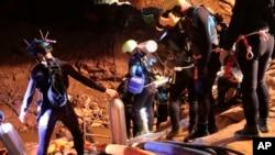 Lực lượng cứu hộ giúp giải cứu đội bóng thiếu niên Thái ra khỏi hang động.