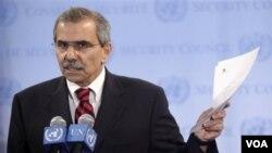 Duta Besar Libanon untuk PBB Nawaf Salam selaku ketua DK PBB untuk September 2011 berbicara dengan wartawan saat memegang surat permohonan Palestina (26/9).