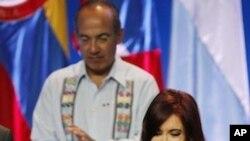 Tổng thống Cristina Fernandez (phải) của Argentina và Tổng thống Felipe Calderon của Mexico dự hội nghị thượng đỉnh các nước châu Mỹ ở Cartagena
