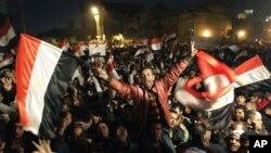 ຊາວອີຈິບພາກັນສະເຫຼີມສະຫຼອງ ຂ່າວການລາອອກ ຂອງປະທານາທິບໍດີ Hosni Mubarak ໃນວັນສຸກວານນີ້.