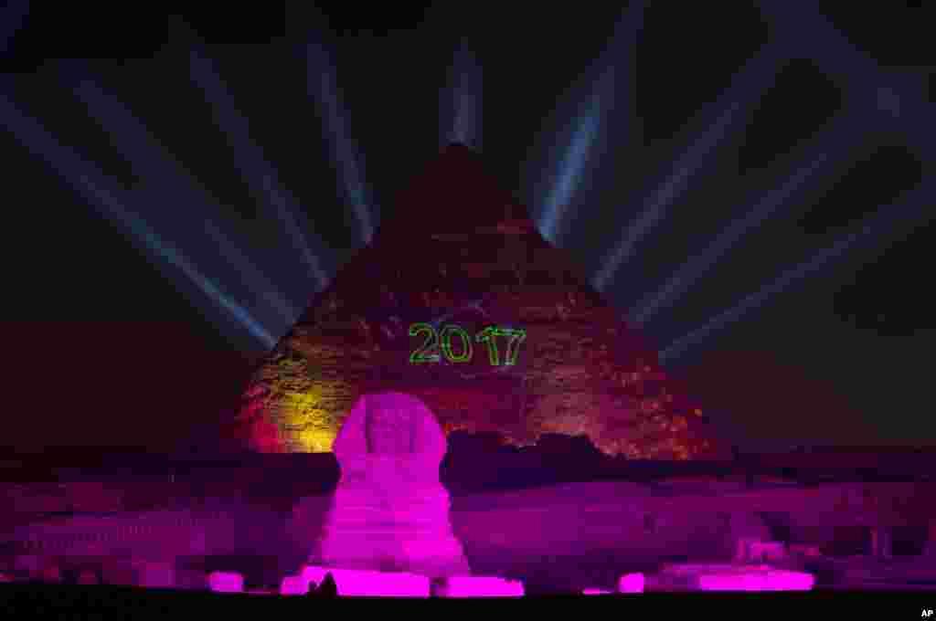 Las luces iluminan el sitio histórico de las Pirámides de Giza y la Esfinge para celebrar el Año Nuevo en Egipto. (Foto AP)