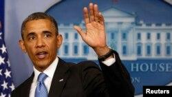 Presiden Barack Obama melambaikan tangannya kepada para wartawan seusai konferensi pres di Ruang Brady, Gedung Putih (Foto: dok). Presiden Obama dijadwalkan melawat ke Amerika Latin selama tiga hari mulai hari ini, Kamis (2/5).