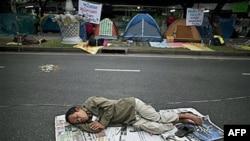 Các thành viên của phe Áo vàng ngủ trên các đường phố gần tòa nhà chính phủ ở Bangkok