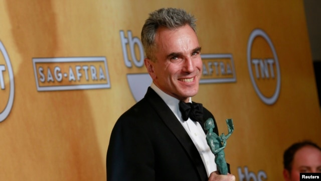 "Daniel Day-Lewis poses backstage after winning the award for outstanding male actor in a leading role for ""Lincoln"" at the 19th annual Screen Actors Guild Awards in Los Angeles, California January 27, 2013."